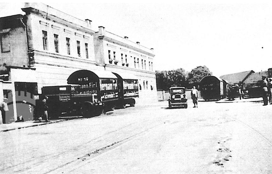 Samochody firmowe przed siedzibą firmy przy ulicy Folwarczej 1-3 (1935r.)